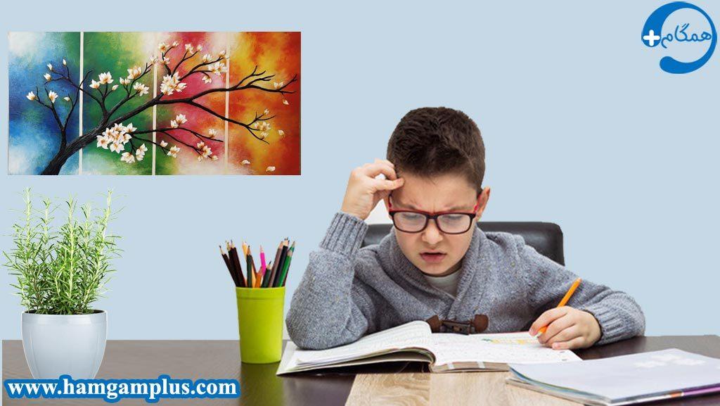 دانش آموز علاقمند به درس خواندن در حال مطالعه