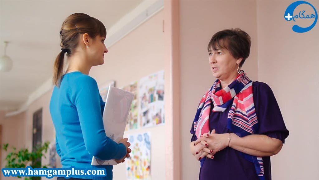 دانش آموز علاقمند به درس در حال صحبت کردن با معلم